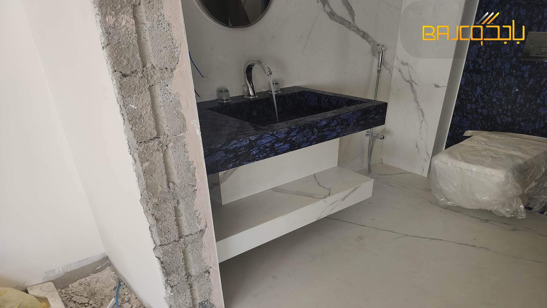 تنفيذ حمام بورسلان ابيض مع رخام ازرق